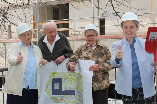 Daumen hoch: Unsere Bewohnerinnen und Bewohnern freuen sich nach der über einjährigen Bauzeit an diesem Wochenende auf den Umzug in das neue Haus Maria. Foto: SMMP/Marx-Vehling
