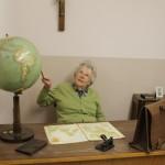 Frau Bolik sucht Deutschland auf dem Globus. (Foto: SMMP/Büker)